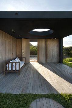 What a fantastic entry. Estudio Martin Gomez Arquitectos designed the La Boyita house in Punta del Este, Uruguay. Outdoor Areas, Outdoor Rooms, Indoor Outdoor, Outdoor Living, Outdoor Decor, Outdoor Decking, Design Exterior, Interior And Exterior, Interior Garden