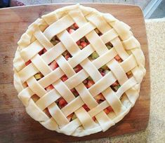 How to Make a Lattice Pie Crust (plus a Strawberry Rhubarb Pie Recipe) Beautiful Pie Crusts, Lattice Pie Crust, Pie Crust Designs, Pie Decoration, Homemade Pie Crusts, Homemade Pies, Sweet Pie, Pie Dessert, Cookies Et Biscuits