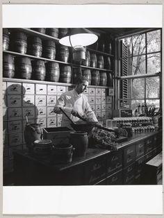 Portret van de kruidenspecialist Jacob Hooy in Amsterdam, Paul Huf, 1965
