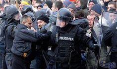 محتجون يقتحمون برلمان مقدونيا بعد انتخاب سياسى من أصل ألبانى رئيسا له: محتجون يقتحمون برلمان مقدونيا بعد انتخاب سياسى من أصل ألبانى رئيسا له