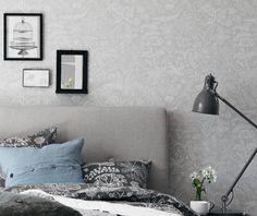Un precioso dormitorio empapelado con un papel pintado en grises y blancos de nuestra tienda online Me encantan los dormitorios empapelados, y este de estilo nordico me parece precioso. Lo que mas me gusta de un dormitorio empapelado,es que resulta la forma mas rápida y económica de transformar un frío dormitorio en un espacio cálido y acogedor. Fijaté en el dormitorio de este articulo, ¿no queda ideal el papel de la pared?  La combinación de blancos y grises resulta una apuesta segura en…