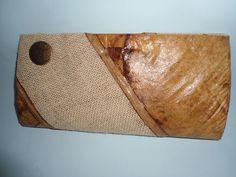 Carteira de Mão confeccionada com filtro de café, juta e ferragem em ouro velho.