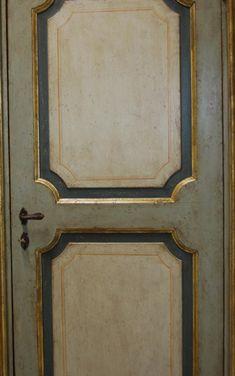 Riproduzione di una porta del '700 realizzata in pioppo nuovo laccato e patinato. Consulta il catalogo delle porte realizzate su misura.