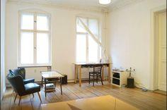 Geräumiges und minimalistisches Wohnzimmer in Berlin Mitte mit Holzdielenboden und großen Fenstern.  Wohnung in Berlin.  #Berlin #Wohnung #Dielen #Altbau
