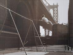 Уолтер Розенблюм.  Девочка на качелях.  Из серии «Питт-стрит», 1938.  Цифровая печать.  Фотоархив Розенблюма