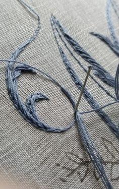 Elisabetta ricami a mano: Scivolo sulla M, un po' per volta Rococo, Needle And Thread, Hand Embroidery, Crochet, Cross Stitch, Lettering, Sewing, Dots, Needlepoint