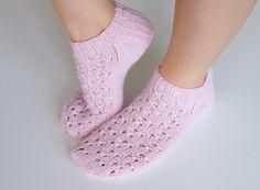 Life with Mari: Kesäiset nilkkasukat Crochet Socks, Knitted Slippers, Knitting Socks, Knit Crochet, Knitting Designs, Knitting Patterns Free, Free Pattern, Designer Blouse Patterns, Blouse Designs