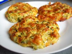 Galettes moelleuses courgettes et mozzarella Free Keto Recipes, Healthy Dinner Recipes, Vegetarian Recipes, Beignets, Low Calorie Snacks, Pesto Recipe, Recipes For Beginners, Food Inspiration, Zucchini