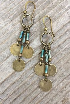 Boucles d'oreilles Bohème en laiton avec des accents de verre bleu turquoise. Boucles d'oreilles parfaits pour ajouter une ambiance Bohème, esprit libre à vos tenues préférées ! Très léger avec grand mouvement, elles facilement devenir l'un de vos nouveaux favoris ! Fait de laiton #jewelrymaking