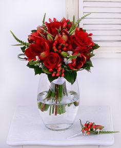 Amarylisy, ruže a hyperikum. Dokonalá kombinácia červených kvetov pre výnimočnú nevestu.  #svadba #svadobnakytica #cervenakytica #redbridalbouquet #wedding #bouquet #amarylis #roses #weddingday #slovakia #kvetyexpres December 25, Pixel Art, Glass Vase, Art Gallery, Wedding, Crafts, Casamento, Art Museum, Fine Art Gallery