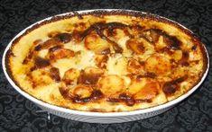 Skræl og skær kartoflerne i skiver. Hak løget og hvidløgene fint.Læg nu ca. 1/3 del af kartoflerne i et ildfast fad og fyld op med halvdelen af løget, hvidløgene, osten og krydderierne.Læg ca. 1/3 del mere af kartoflerne og resten af løget, hvidløgene, osten og krydderierne.Slut af med et lag af den sidste 1/3 del af kartoflerne.Hæld fløden over og derefter mælken.Varm i ovnen i 1½-2 timer ved 200 grader. 1-1½ kg. kartofler 1 stort finthakket løg 2 fed finthakket hvidløg 1 p...