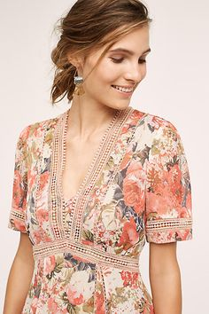This gorgeous floral dress is ideal for a garden party, or any up-coming occasion. Add statement earrings and sandals for summer or block heels and a trilby into the Autumn, easy. Pretty Outfits, Pretty Dresses, Dress Outfits, Dress Up, Frack, Daytime Dresses, Fashion Beauty, Womens Fashion, Fashion Fabric