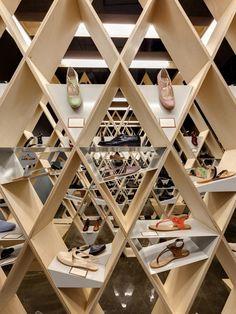 Le studio turc Ypsilon Tasarim a réalisé le design d'intérieur d'un magasin de chaussures à Istanbul.