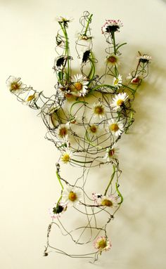 Untitled by artist Helen Butler. Wire sculpture with daisies. via this is colossal Art Floral, Sculptures Sur Fil, Sculpture Art, Wire Sculptures, Bronze Sculpture, Abstract Sculpture, Hand Kunst, Art Et Nature, Nature Artists