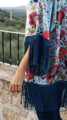 Kimono con estampado de mantón con flecos de seda en azulón