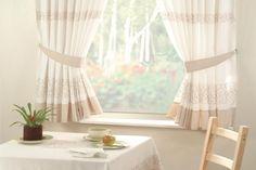 rideaux-cuisine-blanc-beige-motifs-chaises-bois-massif