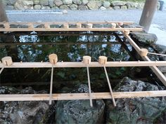 <手水舎>  今年は式年遷宮にあたる、日本の聖地、伊勢神宮。恥ずかしながら、今回取材ではじめて伺いました。お参りの準備。まずは左手、それから右手。左手で口をすすいで、次に口を付けた左手を清める。最後に杓子を立てて水を流し、柄を清めます。【UOMO編集長 日高麻子】 http://lexus.jp/cp/10editors/contents/uomo/index.html ※掲載写真の権利及び管理責任は各編集部にあります。LEXUS pinterestに投稿されたコメントは、LEXUSの基準により取り下げる場合があります。