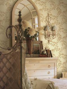 Simply elegant toile wallpapers for the bedroom from designer Shand Kydd at http://lelandswallpaper $38.95