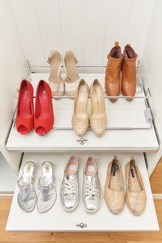 Uittrekbaar legvlak voor toegang tot al je schoenen - Etagère coulissante Closets, Shoe Rack, Sneakers, Shoes, Custom Furniture, Shoe Shelve, Home, Armoires, Tennis