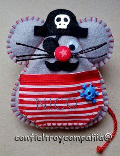 Ratón Perez Pirata Felt Diy, Felt Crafts, Tooth Mouse, Book Markers, Tooth Fairy Pillow, Felt Mouse, Felt Patterns, Toy Craft, Patch Quilt