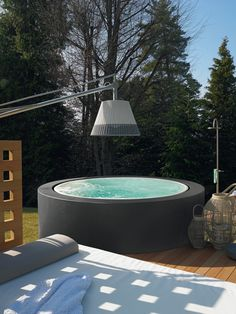 A Jacuzzi is a real relaxation oasis, the best place ever to have a rest after a long day. But if your Jacuzzi is outdoors, it's even more amazing . Mini Pool, Small Backyard Pools, Small Pools, Outdoor Spa, Outdoor Living, Swimming Pool Designs, Swimming Pools, Patio Chico, Mini Piscina