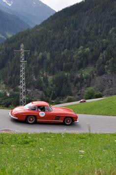 Einmal im Jahr werden die Bewohner von Schruns und der umliegenden Dörfer im österreichischen Montafon noch vor dem Glockenläuten von röhrenden Motoren geweckt. � Die Silvretta Classic kommt nun schon zum 15. � Mal in die Region und lockt 166 Teilnehmer in die Berge, um sich