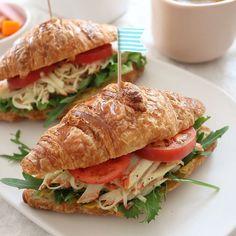 샌드위치는 만들기도 간편하고 맛도 좋은 메뉴인데요. 오늘은 버터향이 일품인 크루아상 속을 크래미로 듬뿍 채워봤어요. 토마토와 잎채소가 느끼함을 잡아줘 깔끔하게 즐길 수 있답니다~