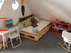 Miniaturas para casa de muñecas. Diorama de dormitorio-buhardilla.