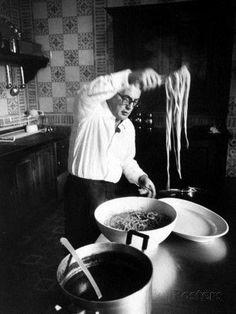 Federico Fellini cooking spaghetti