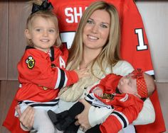 Abby holds her daughters Madelyn and old Sadie in front of dad Patrick Sharp's jersey! Blackhawks Hockey, Hockey Teams, Chicago Blackhawks, Hockey Stuff, Patrick Sharp, Nhl All Star Game, Hockey Season, My Kind Of Town, Philadelphia Flyers