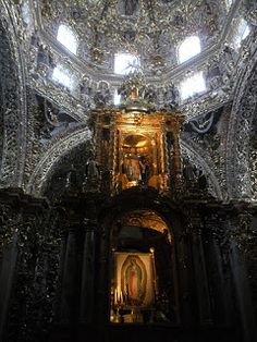 """CAPILLA DEL ROSARIO - PUEBLA, MÉXICO """"La Capilla del Rosario se encuentra dentro del Templo de Santo Domingo, y constituye una obra maestra de la arquitectura poblana en México, está llena de simbolismos, donde cada imagen y elemento representa parte del arte Barroco Novohispano y fue la primera Capilla que se construyó en México dedicada a la Virgen del Rosario; a la cual le tenían gran devoción los Dominicos."""""""