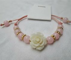 Pulsera: Rosa de mi jardín coral Materiales: Accesorios en oro golfield, rosa resina, hilo color coral, cuentas de vidrio Valor: $10.000