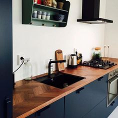 Bohemian blue, met mee gespoten stoere grepen… IKEA basis with FRONTZ fronts. Bohemian blue, with sturdy handles sprayed with it # fronts style Kitchen Ikea, New Kitchen, Kitchen Dining, Kitchen Decor, Kitchen Cabinets, Kitchen Walls, Country Kitchen, Black Kitchens, Home Kitchens