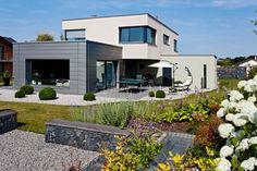 Pohodlný dům propojený se zahradou – standardní přání většiny stavebníků – vedlo k výstavbě domu ze zdicího systému Porotherm, v němž vládne klid a harmonie.