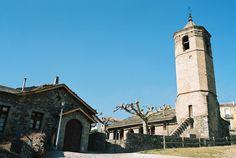 Pere Figuera - Planoles. Situat a la comarca del Ripollès, a Planoles, petit i típic poble de muntanya dels Pirineus, a 1.100 metres d'altitud i al peu de la collada de Toses. A 126 km de Barcelona, a 216 km de Tarragona, a 103 km de Girona i a 205 Km de Lleida.  L'edifici té un estil d'alta muntanya ideal per als excursionistes. Fou el primer que va inaugurar la Generalitat de Catalunya, l'any 1983.