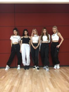 While thinking of MIDZYs who we are always grateful for, we prepared a choreography video!🥰 Let's walk together hand-in-hand in the future too~ Stage Outfits, Kpop Outfits, Kpop Girl Groups, Kpop Girls, Kpop Fashion, Korean Fashion, K Pop, Programa Musical, Choreography Videos