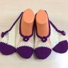 Best 12 Description of women's booties – SkillOfKing. Knitted Slippers, Knitted Hats, Crochet Hats, Baby Knitting Patterns, Crochet Patterns, Slipper Boots, Knitting Socks, Womens Slippers, Crochet Flowers