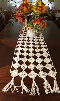 Crochet Leaf Patterns, Crochet Table Runner Pattern, Crochet Leaves, Crochet Tablecloth, Crochet Doilies, Modern Crochet, Crochet Home, Crochet Stitches For Beginners, Crochet Decoration