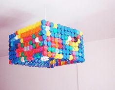 Außerordentliche DIY Lampe aus Flaschendeckeln -