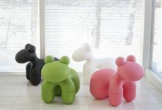Chaise en plastique soft touch déclinée en 4 coloris : noir, rose, vert et blanc. Pour une utilisation intérieure ou extérieure.