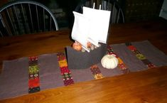 We love free patchwork table runner patterns. Make this Quick Patchwork Thanksgiving Table Runner with a harvest-themed charm pack and some warm-colored linen. Table Runner Tutorial, Table Runner Pattern, Patchwork Table Runner, Quilted Table Runners, Quilt Tutorials, Craft Tutorials, Thanksgiving Table Runner, Applique, Autumn Table