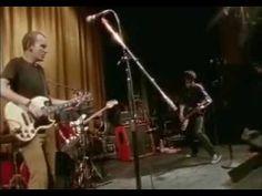 FUGAZI – 'Instrument' Signé Jem Cohen, 'Instrument' revient sur la carrière de Fugazi entre 1987 et 1998. Filmé en super 8 et 16mm, il comprend extraits de concerts, interviews, images de répétitions, de tournées, et de studio.