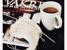 Det er vinter, og derfor skal det handle en hel masse om hygge. Strikketøj, dét er hyggeligt – så hyggeligt at det næsten ikke er til at beskrive 🙂 Jeg … Knitted Fabric, Knitting Patterns, Projects To Try, Crochet Hats, Tableware, Diy, Knits, Threading, Knitting Hats