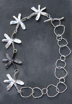 Collier en étain argenté et argent de Chantal Audias pour l'Atelier des bijoux Créateurs: