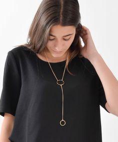El collar a dos alturas nos parece súper original, además de ser una pieza muy en tendencia.Este accesorio no puede faltar en tus complementos diarios, te