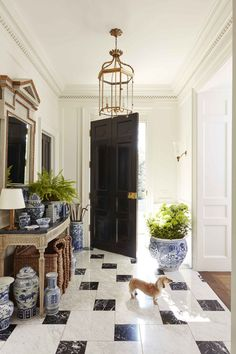 Caroline Gidiere's home, featured in this month's Veranda, is full of inspiration. I love her fresh take on classic Georgian architecture. Dyi, Georgian Style Homes, Modern Georgian, Veranda Magazine, Boho Dekor, Birmingham Alabama, Décor Boho, Design Blog, Diy Design
