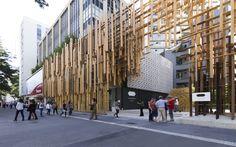 Gallery of Kengo Kuma and FGMF's Japan House Sao Paulo Through the Lens of FLAGRANTE - 1 Japan Architecture, Wood Architecture, Amazing Architecture, Contemporary Architecture, Architecture Details, Scaffolding Materials, Mall Facade, Facade Design, Entrance Design