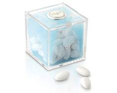 Cubo degustazione maschietto 8x8 cm in plexiglass con placca in argento e una confezione da 150 gr di confetti.