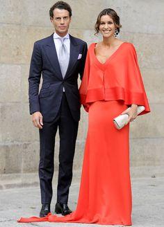 """Espectacular este vestido rojo. Los complementos: bolso y pendientes, son grandes y perfectos para combinar con la capa y sencillez del vestido. Si bien a mí me sobra la """"cola"""". Arancha del Sol"""