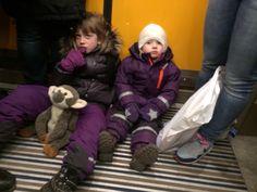 Efter vi havde spist gik vi igen rundt i Tivoli for at se på julelys, men til sidst skulle vi hjem. Vi tog toget fra Hovedbanegården til Ørestad station. Vi var rigtigt trætte, og folk snakkede mærkeligt. Far sagde det var fordi de var fra Sverige, hvor man kalder en hotdog for en kurv, kartofler for potatis og is hedder glas - mærkeligt!